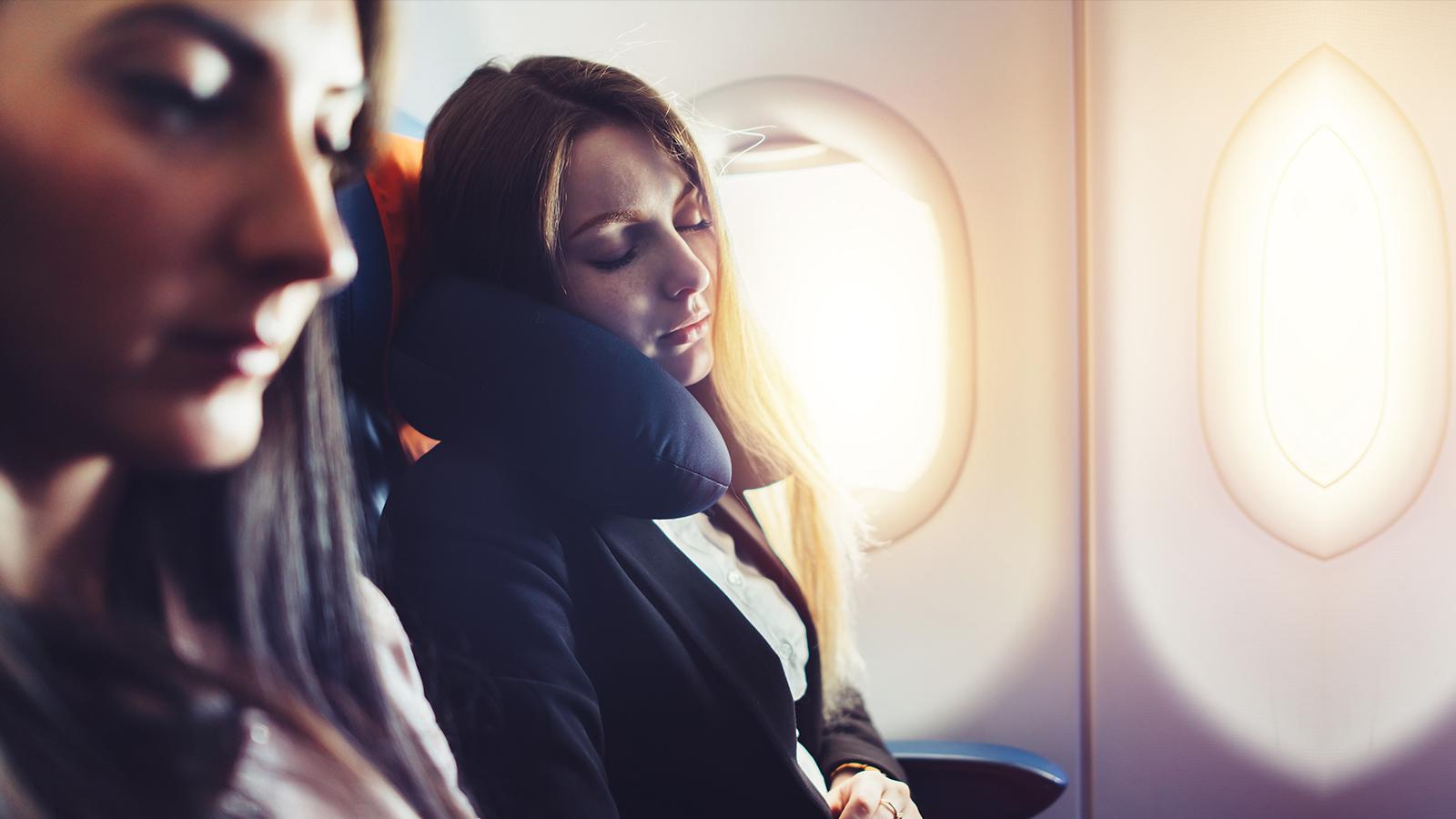 Tipps, um im Flugzeug besser zu schlafen